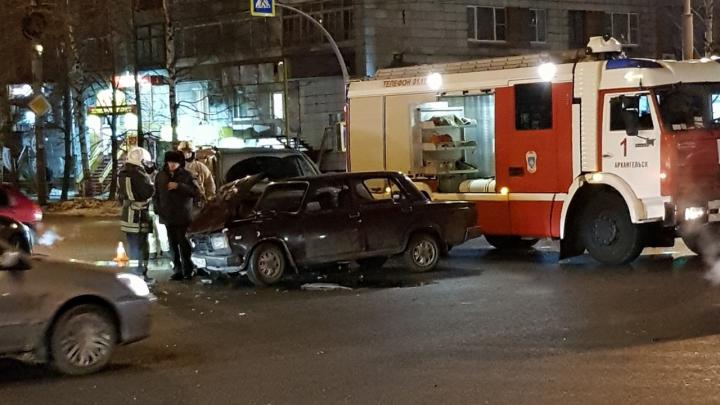 «Пытался увернуться»: на улице Воскресенской в Архангельске столкнулись две легковушки