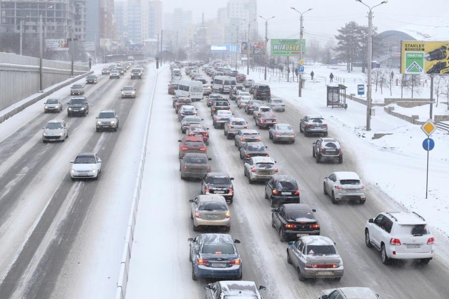 Из-за снегопада Челябинск встал в восьмибалльных пробках, которые разъехались лишь ближе к полудню