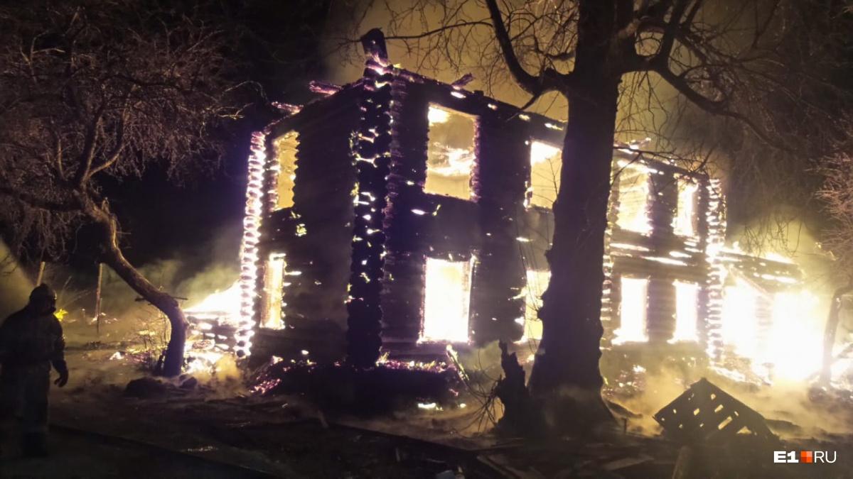 «Искры здоровые летят»: в Большом Истоке вспыхнул большой двухэтажный дом