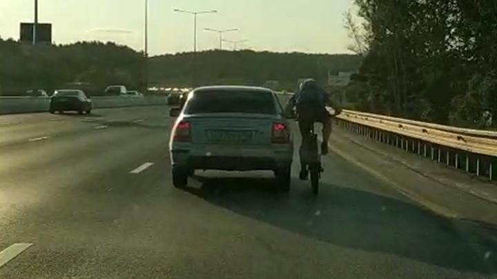 Велосипедист проехал по Россельбану, прицепившись к легковушке