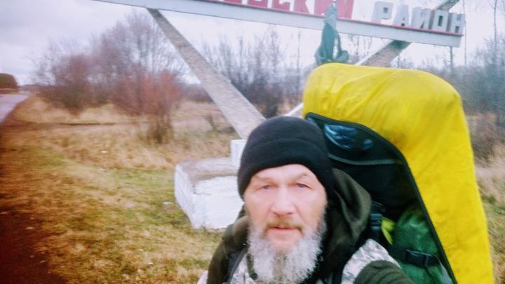 Путешествующий пешком из Москвы мужчина добрался до Шарыпово и попал в аварию