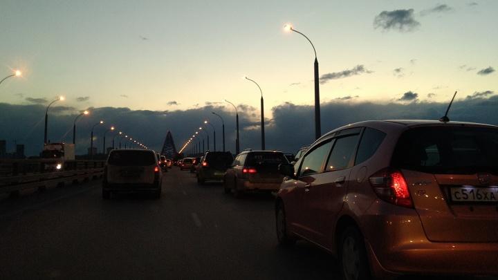 На Бугринском мосту собралась огромная пробка