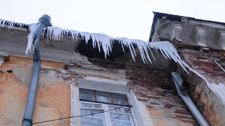 В Краснотурьинске на двух мужчин обрушились глыбы льда с крыши жилого дома