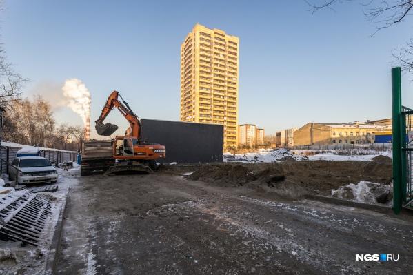 Рядом с парком Кирова появится жилая высотка — на строительной площадке уже начались подготовительные работы