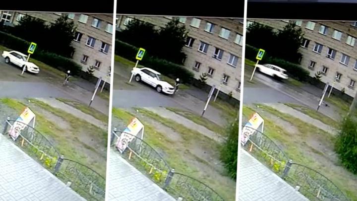 Видео: Toyota подбросила в воздух школьника на велосипеде
