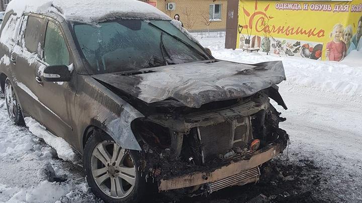 «Уверен, что это поджог»: ночью сгорел Mercedes известного южноуральского адвоката
