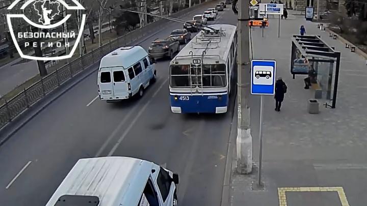 Даже не тормозил: появилось видео ДТП в центре Волгограда с заказной маршруткой