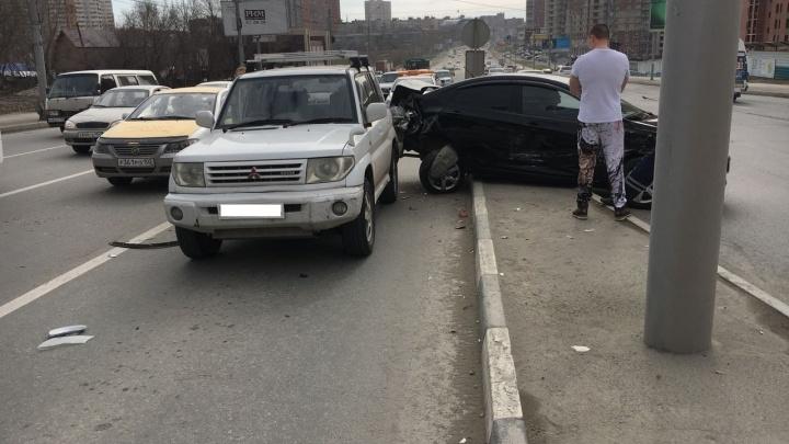 Не успевший затормозить водитель BMW устроил аварию на перекрёстке Кошурникова и Фрунзе
