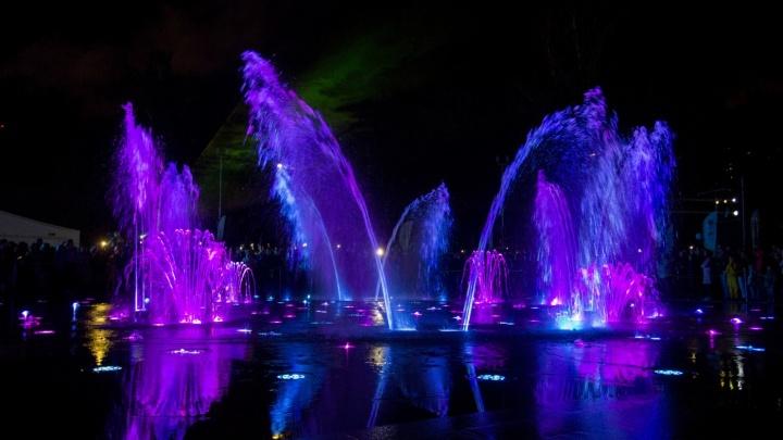 В Центральном парке отключили светомузыкальный фонтан и начали монтировать сцену