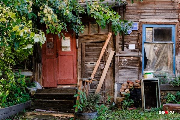 Дому уже больше ста лет, но стоит он в самом центре Перми