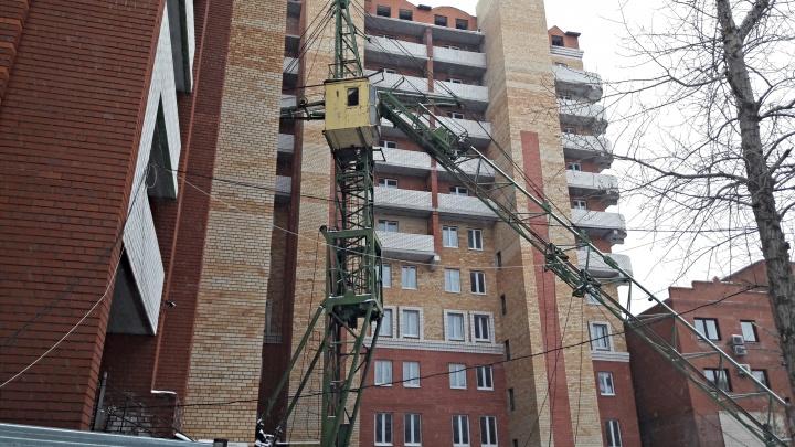 На Ленина начинают сносить скандально известный долгострой. Рабочие перекрыли часть улицы