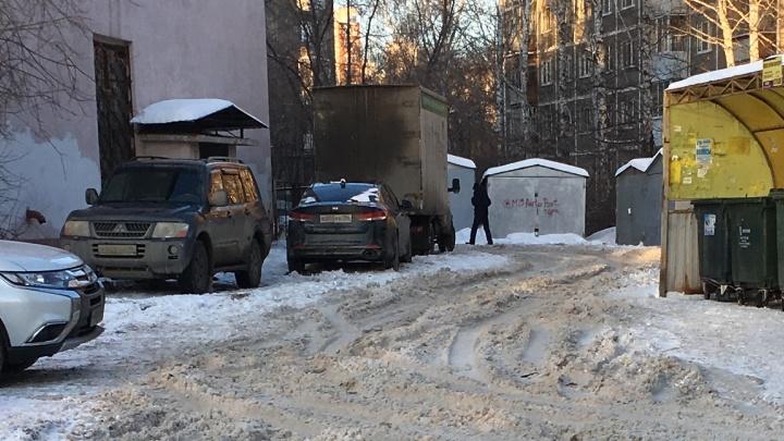 Дворы и дороги в Екатеринбурге все еще завалены снегом, но активисты придумали, как с этим бороться
