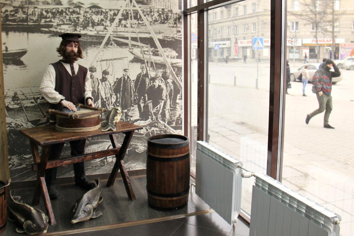Магазин украшен инсталляцией, изображающей торговца рыбой и икрой