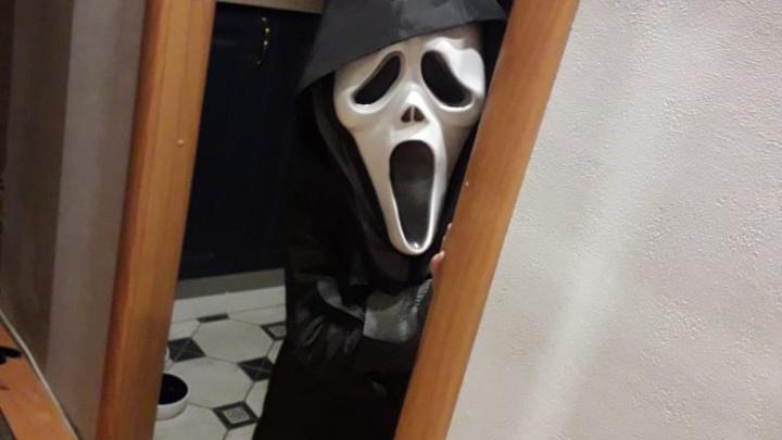 Когда в квартире — Крик с ножом: собираем лучшие фото Хеллоуина в Екатеринбурге в режиме онлайн