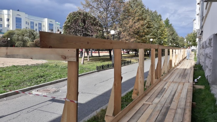 Рядом с Главпочтамтом поставили забор, который закроет сквер у памятника Попову