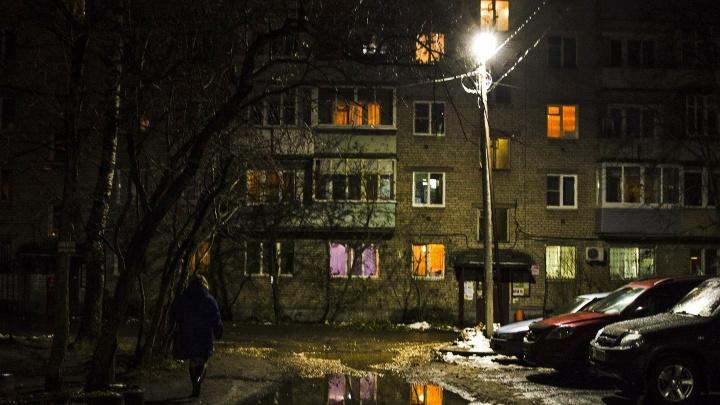 Выследили и напали: двое мужчин жестоко избили ярославца в подъезде