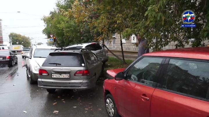 На проспекте Дзержинского столкнулись пять машин: на место приехала скорая и спасатели