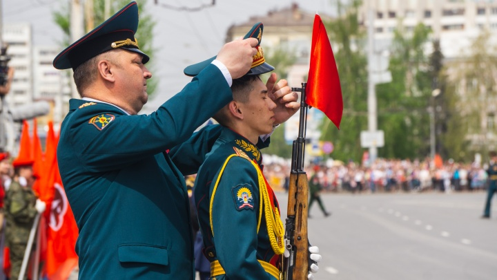 Жара и память: 15 лучших фото омского парада 9 Мая