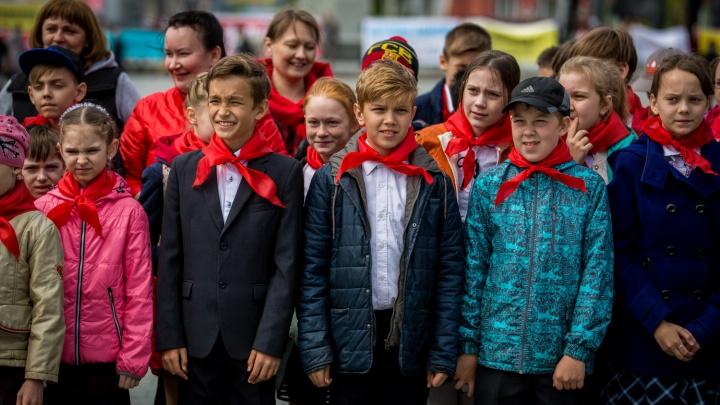 Сотня школьников стала пионерами на площади Ленина