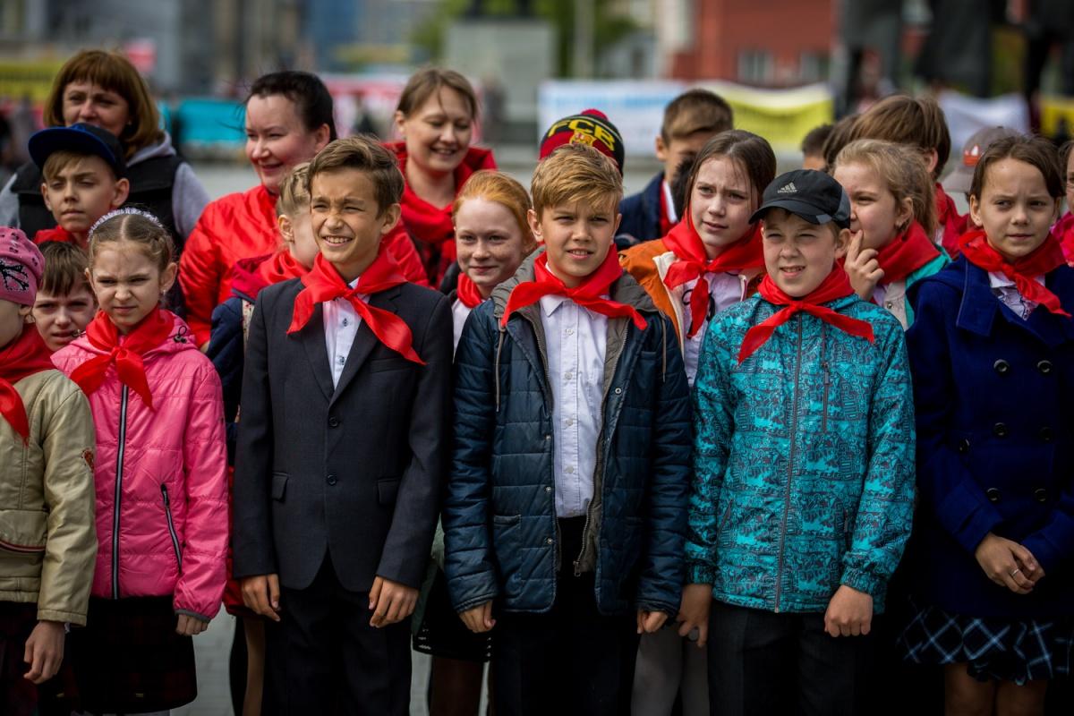 Школьников приняли в пионеры на пл. Ленина