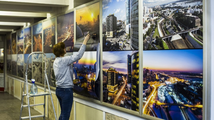 И днём, и ночью: в метро открыли выставку видов Новосибирска с высоты