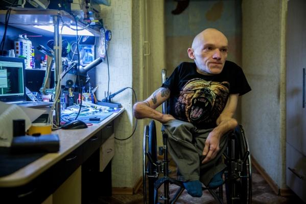 Новосибирский мастер Сергей Лезнёв с 10 лет умеет чинить самую разную технику — от телевизоров до автомобилей