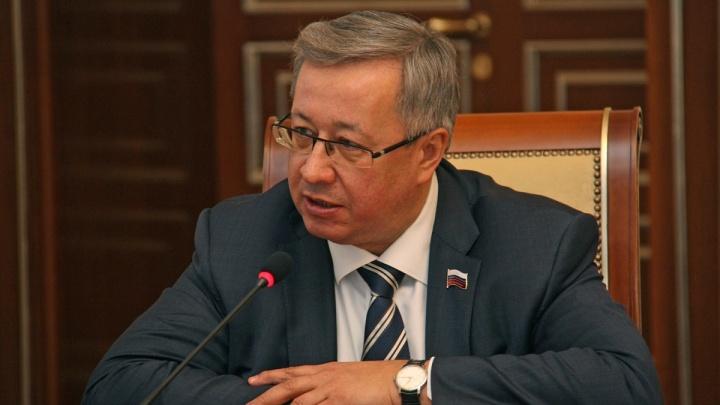 Проводили аплодисментами: слишком занятый на работе депутат Заксобрания сдал мандат