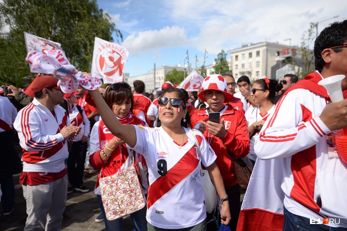 Перуанцы прошли шумной толпой до стадиона