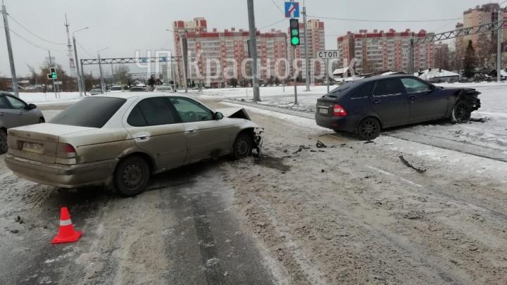 «Бойся деревенских»: водитель заплутал на развязке в Красноярске и протаранил колонну авто