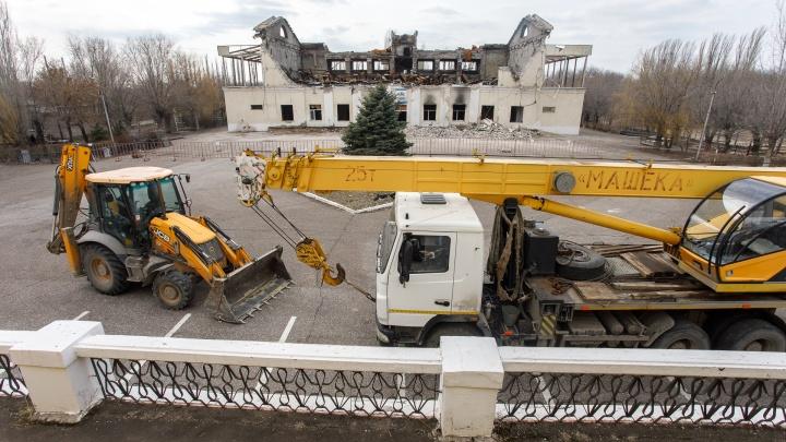 «Добрались до второго этажа»: в Волжском сносят выгоревший дотла спорткомплекс