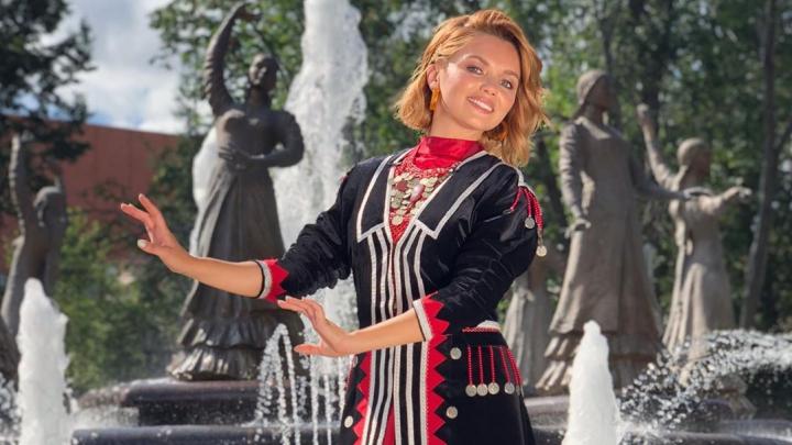 Настя из «Кухни» снялась на фонтане «Семь девушек» в Уфе