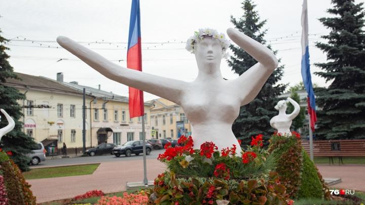 «Дамы из ночных кошмаров»: архитекторы обсмеяли клумбы-скульптуры у театра Волкова