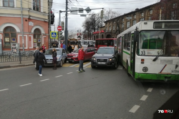 Из-за аварии скопились пробки и встал общественный транспорт
