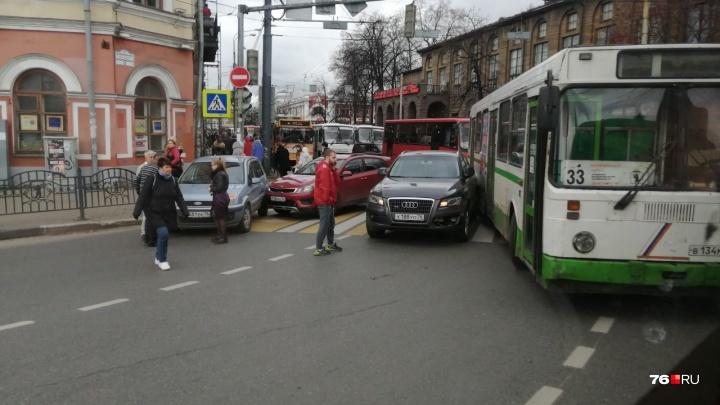 Столкнулись автобус и три легковушки: в центре Ярославля из-за крупной аварии встал транспорт