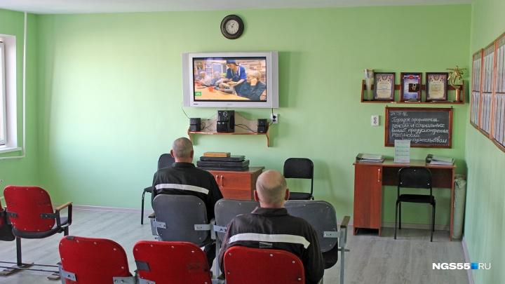 Появилось видео с издевательствами над заключенными в омской колонии