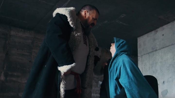 В Перми выпустили ролик про гомофобию. Роман Юшков в нём гоняется за людьми и призывает лечить ЛГБТ