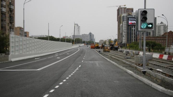 На Макаровском мосту полностью закрыли движение из-за строительства трамвайной линии