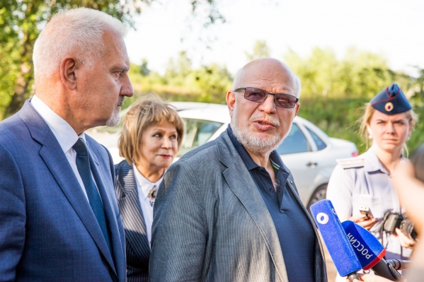Михаил Федотов дал комментарий у ворот колонии