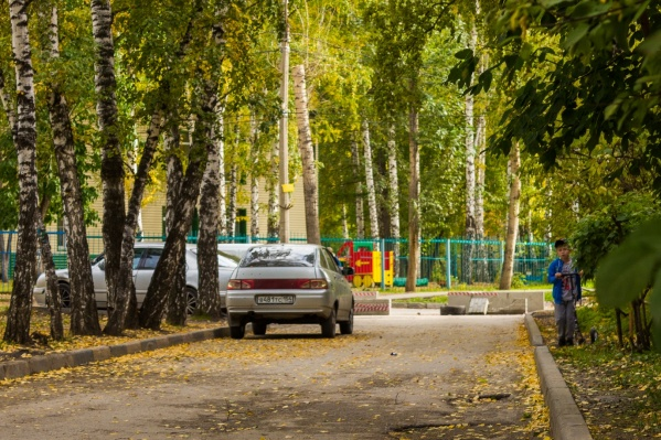 Бетонные блоки поставили жильцы дома по улице Дмитрия Донского, 43 — им надоел поток машин, который каждый день проносится под их окнами