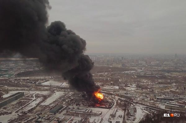 По данным МЧС, площадь пожара — 800 квадратных метров