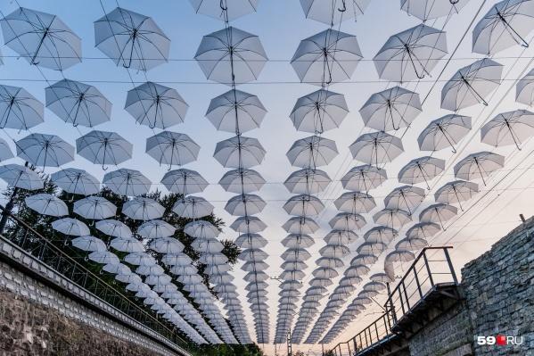 В инсталляции 300 белоснежных зонтиков