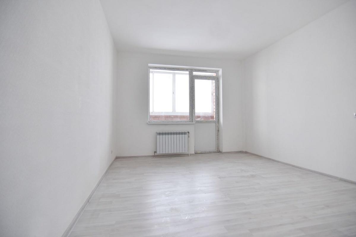 Чистовая отделка от застройщика — это наливной пол, ламинат, зашпатлёванные стены, обои под покраску, покрашенный на 2 раза потолок, межкомнатные двери