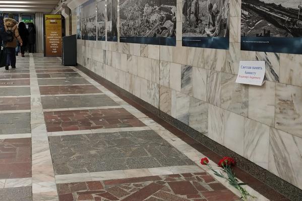Сегодня на месте, где постоянно играл баянист Владимир Веретенников, появилась памятная табличка