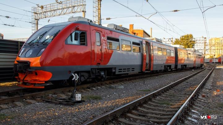 «Много грузовых поездов»: в Волгограде на Максимке образовалась многокилометровая пробка