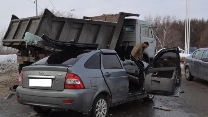 Под Уфой столкнулись «Лада-Приора» и КАМАЗ: спасение пострадавших сняли на видео