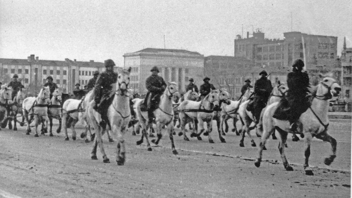 На конях по площади: самарский краевед показал, как прошел парад в Куйбышеве 7 ноября 1941 года