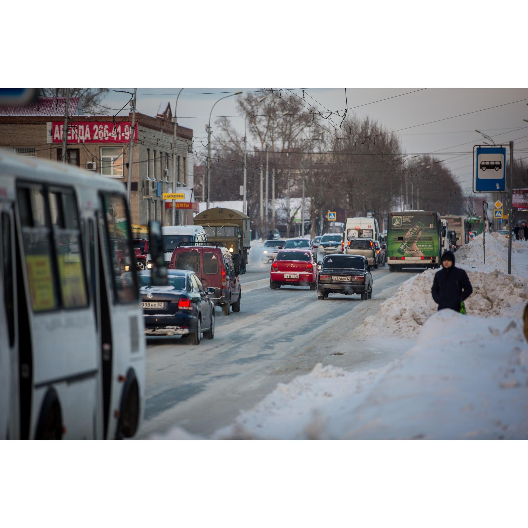 Улица Бориса Богаткова в часы пик не справляется с потоком машин и давно требует расширения