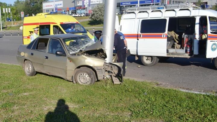 Снимки с места ДТП: уфимец на «Дэу-Нексия» врезался в столб