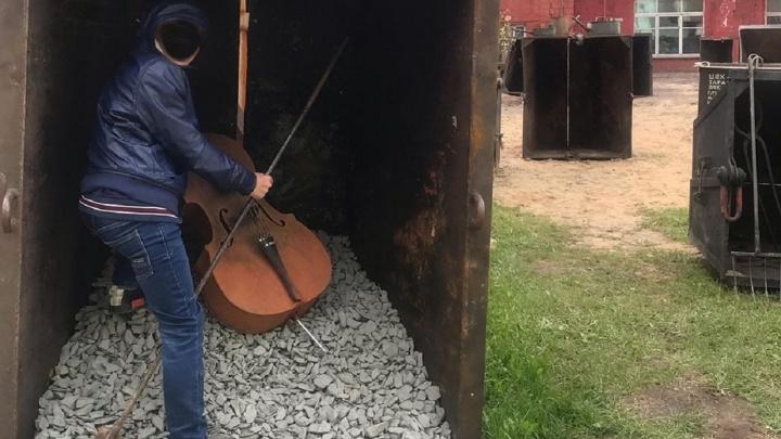 Пермяки фотографируются в контейнерах для отходов на заводе Шпагина. Это опасно?