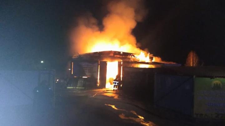 Крупный пожар в Уфе: сгорел склад площадью 450 квадратных метров